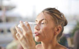 5 حالات تجنبي فيها شرب الماء