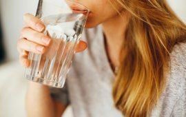 إليك طرق بسيطة للتعود على شرب الماء أثناء العمل