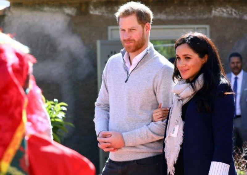 صورة الحناني والقلب هاني.. نظرات الحب بين الأمير هاري وزوجته وسط جبال الأطلس