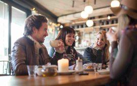 """5 نصائح لإتقان """"إيتيكيت"""" الجلوس في المقهى"""