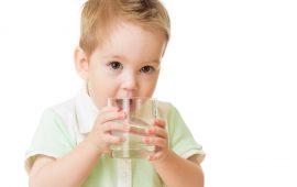 5 حيل ستجعل طفلك يشرب الماء بسهولة