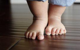 دراسة.. هذه فوائد مشي طفلك حافي القدمين