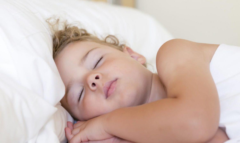 6 أهم فوائد لنوم الطفل وحده بالسرير