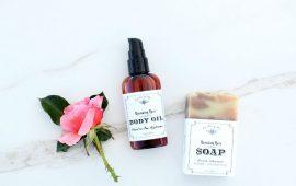 """3 استخدامات لـ""""زيت الورد"""" تساعد في تجديد بشرتك"""