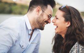 11 دليلا يدل على حب شريك حياتك لك