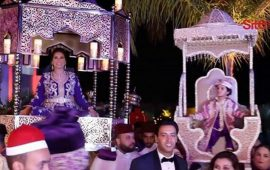 """هدى سعد """"بارزة"""" على الطريقة المغربية فوق العمارية مع زوجها وإبنهما فارس"""