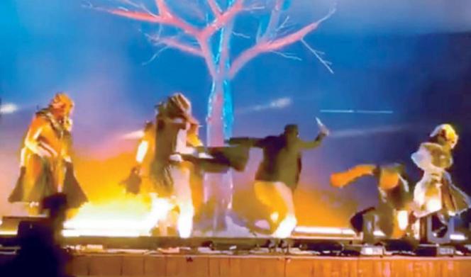 Photo of بالفيديو: فرقة موسيقية تتعرض للطعن على المباشر