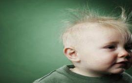 تعرفي على أسباب تساقط شعر طفلك