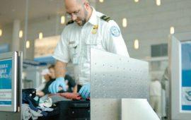 صبي يثير القلق في المطار ويُمنع من صعود الطائرة بسبب قميصه
