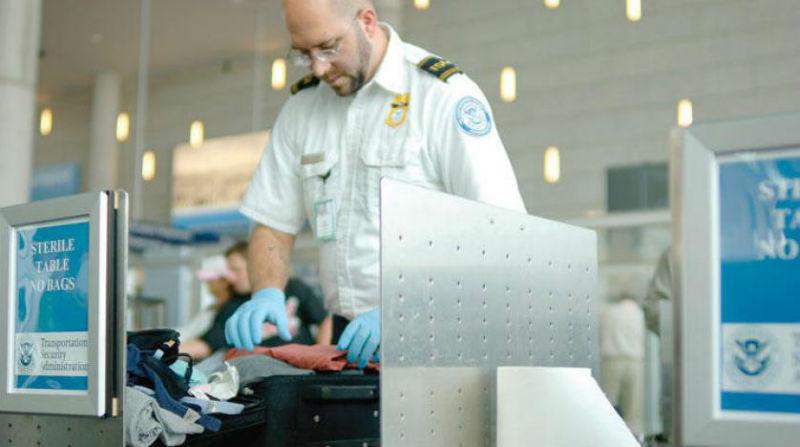 صورة صبي يثير القلق في المطار ويُمنع من صعود الطائرة بسبب قميصه