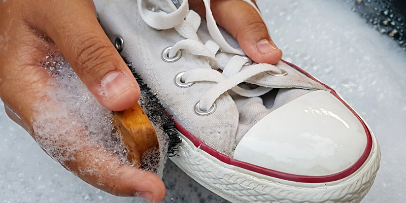Photo of 4 حيل بسيطة لتنظيف الأحذية البيضاء