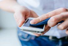 تجنبي تنظيف شاشة هاتفك بـ 4 مواد منظفة