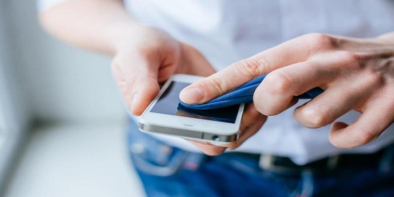 Photo of تجنبي تنظيف شاشة هاتفك بـ 4 مواد منظفة