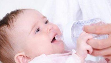 صورة ما هو العمر المناسب لتقديم الماء لرضيعك؟