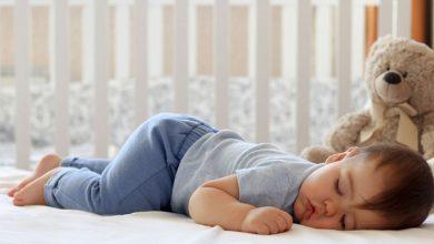 صورة تعرفي على مخاطر نوم الرضيع على بطنه