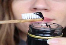 صورة الخل  والفحم لإزالة جير الأسنان في وقت قصير