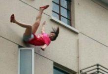 """صورة صادم.. رجل يلقي بزوجته """"عارية"""" من الطابق السابع"""