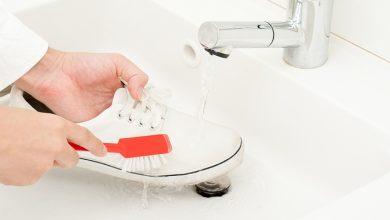 صورة تعرفي على طريقة تنظيف الأحذية الرياضية البيضاء المصنوعة من القماش