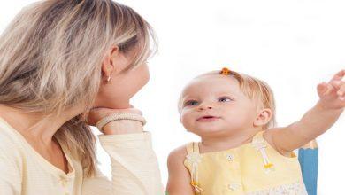 صورة متى يبدأ الأطفال بالتكلم؟