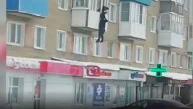 صورة شاهد.. رجل يحاول الهرب بطريقة خطيرة بعدما ضبطه زوج عشيقته داخل غرفة النوم – فيديو