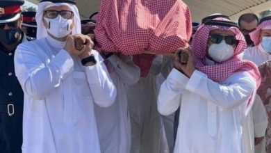 صورة مؤثر.. راشد الماجد يبكي أمام قبر والدته خلال دفنها- فيديو