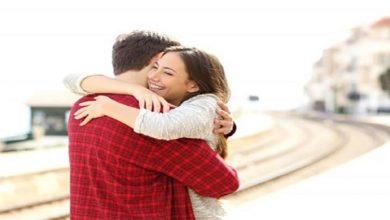 """صورة هكذا يحافظ """"العناق"""" على مشاعر الحب بعد الزواج"""